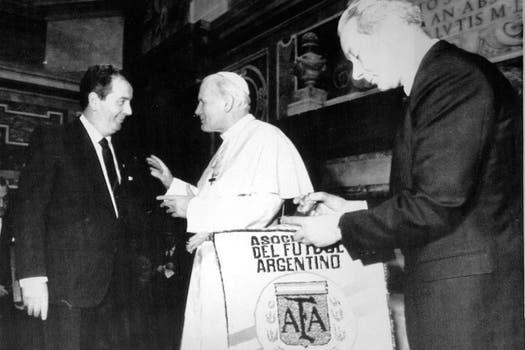 Junto al Papa Juan Pablo Segundo el 20 de octubre de 2010. Foto: Archivo