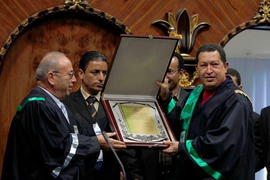 """En 2010 fue distinguido en Trípoli con un doctorado """"honoris causa"""" en Economía Humanista. Foto: Archivo"""