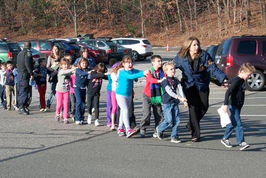 Los alumnos fueron trasladados a una zona fuera de peligro. Foto: Reuters
