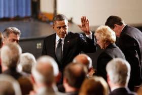 Conmovido, Obama saludó a los familiares de las víctimas