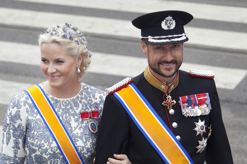 Los noruegos Mette Marit y Haakon, justo antes de la ceremonia de entronización de Guillermo y Máxima. Foto: AP