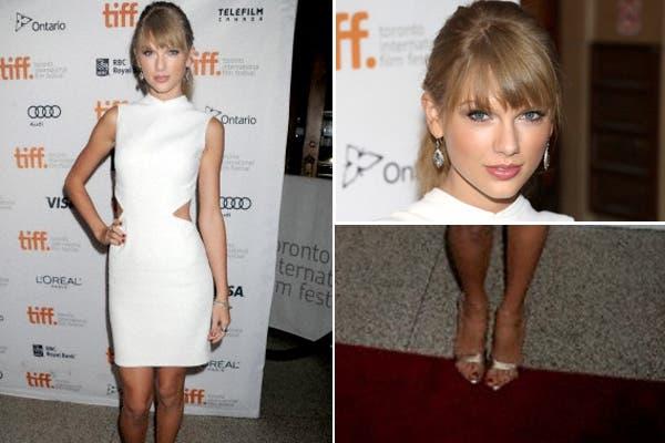 Taylor Swift con un vestido muy sexy en color blanco, con recortes laterales que dejaban ver su esbelta figura, y sandalias doradas. Foto: Corbis