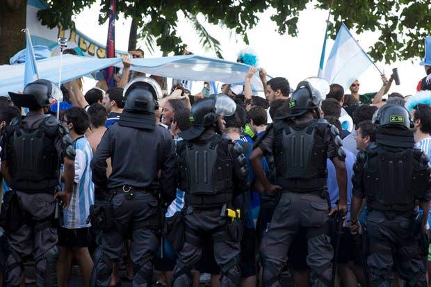 Un banderazo que pasó de ser una fiesta a un tenso momento con la policía brasileña.  Foto:LA NACION /Juan López / Enviado especial