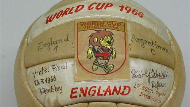 1966, Inglaterra: Slazenger challenge fue la pelota que volvió a los viejos gajos rectangulares, algunos de distintos colores. Foto: Archivo