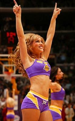 Los Lakers dan espectáculo afuera de la cancha.