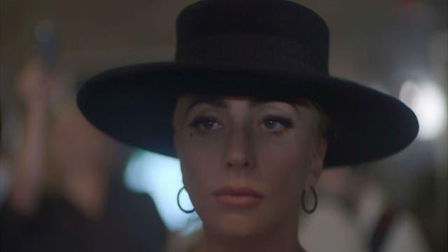 Sin vestidos hechos con carne o maquillajes estrafalarios, Lady Gaga intenta mostrar a la mujer detrás de la diva