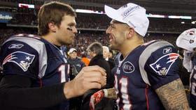 Otros tiempos: Hernández con Brady, jugando para New England Patriots