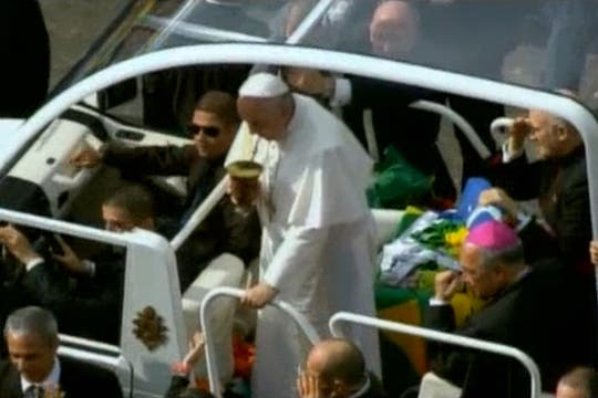 Antes de llegar a la misa, Francisco hizo detener el papamóvil para tomar un mate. Foto: youtube.com/vatican