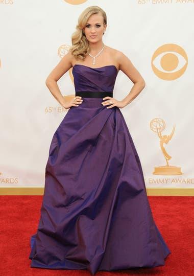 Carrie Underwood eligió un elegante vestido strapless de falda amplia color violeta de Romona Keveza. Foto: AP/EFE/Reuters