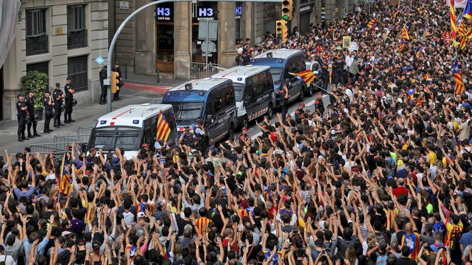 Tras la represión del domingo, lo manifestantes grita frente a la comisaría principal de la Policía Nacional de España en Barcelona. Foto: Reuters / Susana Vera