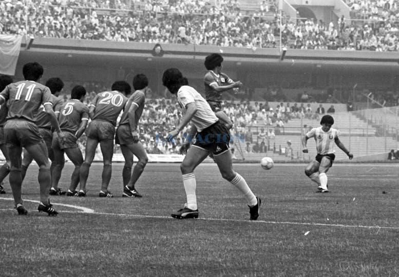 Tiro libre de Maradona en el comienzo de la jugada del primer gol argentino. Foto: LA NACION / Antonio Montano