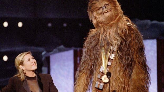 """Chewbacca, el personaje de """"Star Wars"""", da su discurso de aceptación en su propia lengua el 7 de junio de 1997 al recibir el MTV Movie Awards Lifetime Achievement de Carrie Fisher. Foto: Archivo / David McNew"""