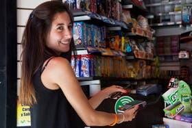 En un quiosco de Paraná y Corrientes, Belén Peralta hace una compra con Monedero desde el móvil