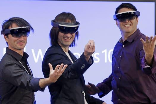 Joe Belfiore,Alex Kipman y Terry Myerson de Microsoft ponen a prueba el visor HoloLens presentado junto a Windows 10. Foto: AP