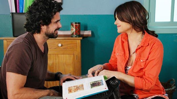 Un romance de novela: Julia le enseña a Rafael y el amor entre ellos sigue creciendo