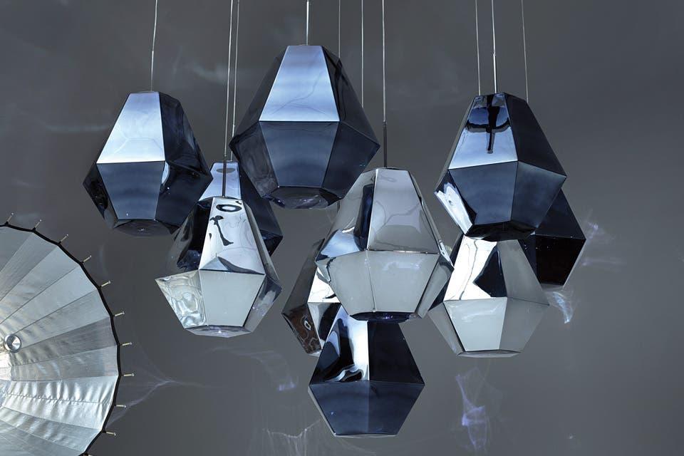 'Cut', el nombre de estas lámparas plateadas y azules de Tom Dixon, alude al proceso de corte de los diamantes, que saca a la luz el brillo de la roca .