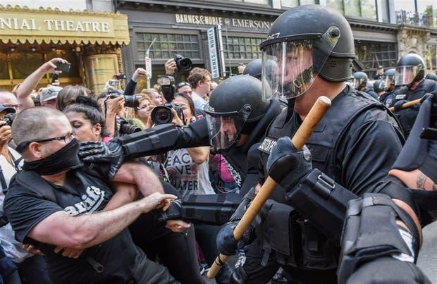 Manifestantes chocan con la policía