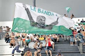 """Cada semana, las tribunas se llenan de banderas; la mayoría dicen """"Moyano conducción"""""""