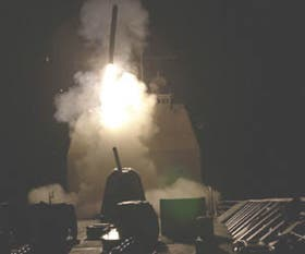 Un misil Tomahawk es lanzado anoche desde el USS Philipine Sea