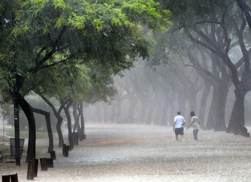 Buenos Aires colapsa otra vez por la intensa lluvia; cayeron 57 mm en una hora; la térmica llegó esta tarde a los 38°. Foto: AFP