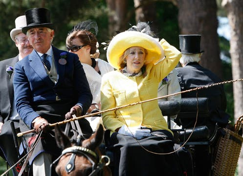 El foco de las miradas no está puesto sólo en los caballos, sino también en la cabeza de los invitados. Foto: AP / REUTERS