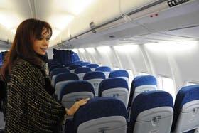 Cristina Kirchner, en un avión de la empresa nacionalizada; la Presidenta fustigó ayer a los gremios aeronáuticos