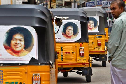 Los típicos carros o rickshaws de la India con la imagen de Sai Baba. Foto: AP