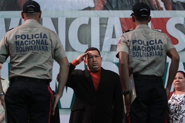 Hugo Chávez, en una ceremonia de graduación de agentes policiales, en Caracas (izquierda); una mujer herida, durante una manifestación de los ''indignados'', en España
