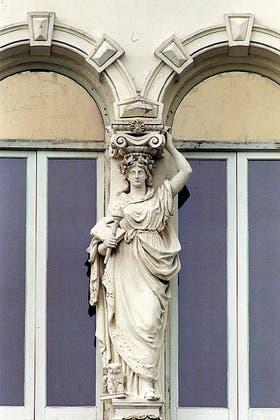 Palacio Pizzurno. Escultura rica en adornos, representa el victorioso imperio de la sabiduría
