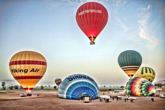 Un globo aerostático se precipitó a tierra desde unos 300 metros, matando a 18 turistas en la ciudad de Luxor, Egipto. Foto: EFE