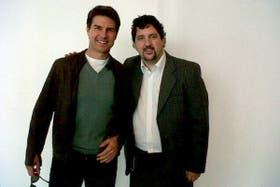 En Ezeiza, Tom Cruise hizo feliz a un fan y posó para su foto, que el hombre difundió en Twitter