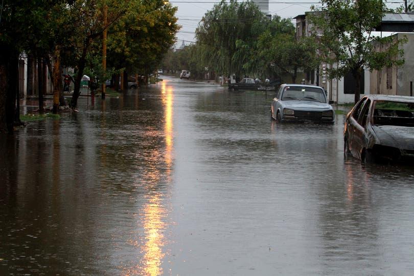 Barrio San Lorenzo, también amaneció bajo el agua. Foto: LA NACION / Amancio Alem