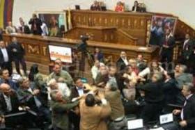 La Asamblea Nacional de Venezuela vivió momentos drámaticos con golpes de puño e insultos varios