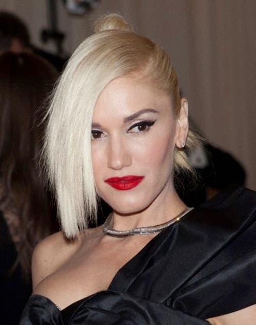 Gwen Stefani con un recogido punk: gran flequillo hacia el costado y recogido con torzadas hacia atrás.