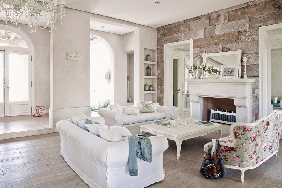 el estar muebles antiguos restaurados detalles romnticos pisos de madera y paredes de