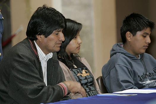 Evo Morales, acompañado por sus hijos, Eva Liz y Alvaro. Foto: Archivo