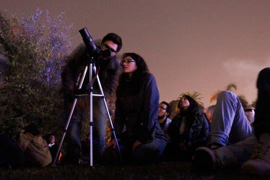 En Buenos Aires, gran cantidad de gente se reunió alrededor del planetario para ver el eclipse. Foto: LA NACION / Maxie Amena