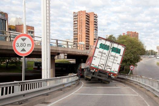 Un camión quedó atascado en la av. General Paz, en la bajada hacia av. Libertador (sentido Capital). Foto: LA NACION / Guadalupe Aizaga
