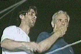 Antonio Echarri junto a su hijo salió a saludar a sus vecinos