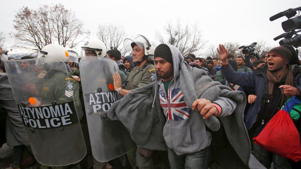 La policía griega contiene a los refugiados que intentaron cruzar hacia Macedonia para seguir su ruta hacia Alemania. Foto: Reuters