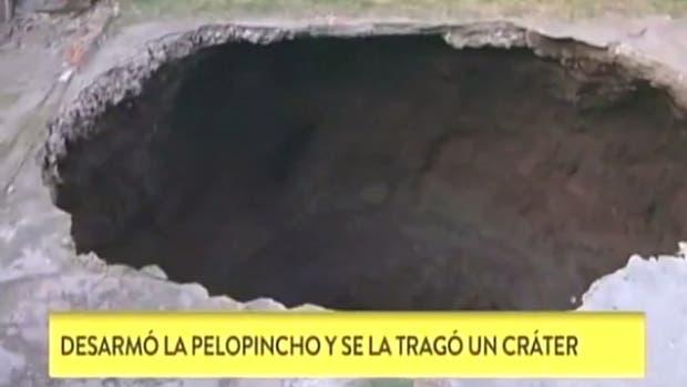 Se cayó en un cráter que se abrió en su jardín por culpa de una pelopincho