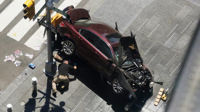 Un auto atropelló a varias personas en Times Square. Foto: AP / Mark Lennihan