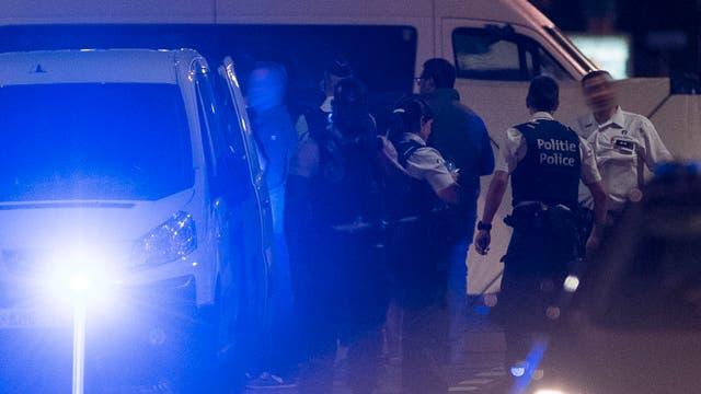 Operativos policiales en el sitio en que un hombre atacó a soldados con un cuchillo en Bruselas