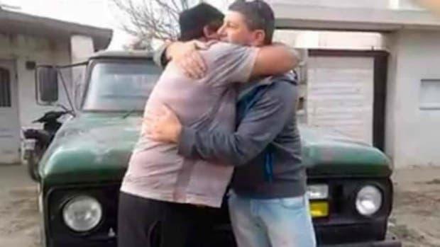 Rifó su camioneta para pagar la operación de su esposa y el ganador la devolvió