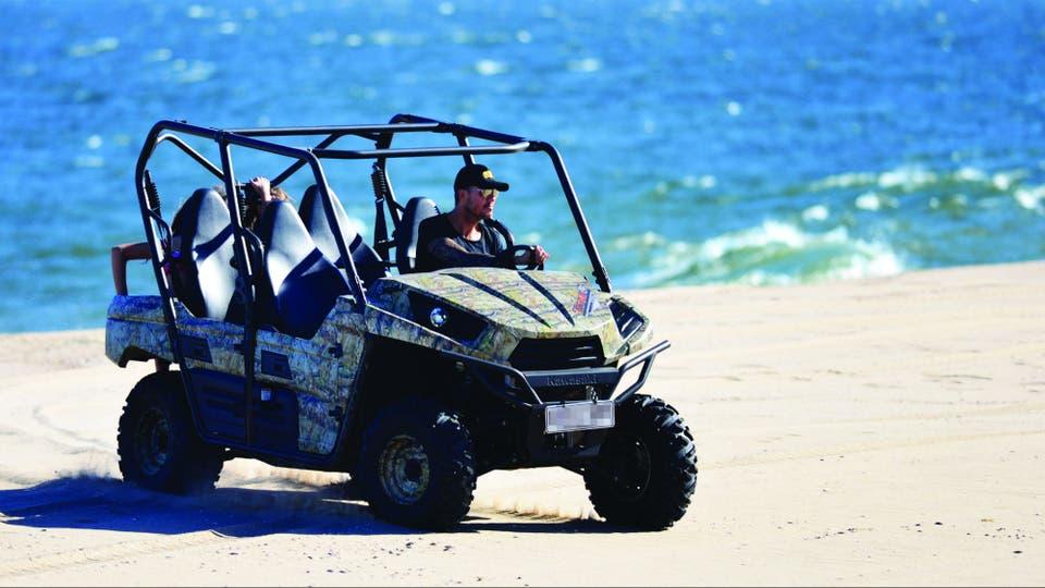 """Cuatro Mules Kawasaki integran el """"parque automotor"""" de Guanahani.Si bien Marcelo dejó de bajar a la playa a bordo de su preferido, un Pro-FXT camuflado, hace varios veranos ya, él y sus hijos los usan para moverse por las cinco hectáreas que conforman la chacra. En contadas ocasiones, el conductor"""