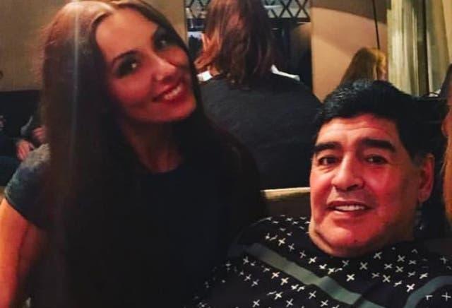 La periodista rusa Ekaterina Nadolskaya junto a Diego Maradona antes del episodio