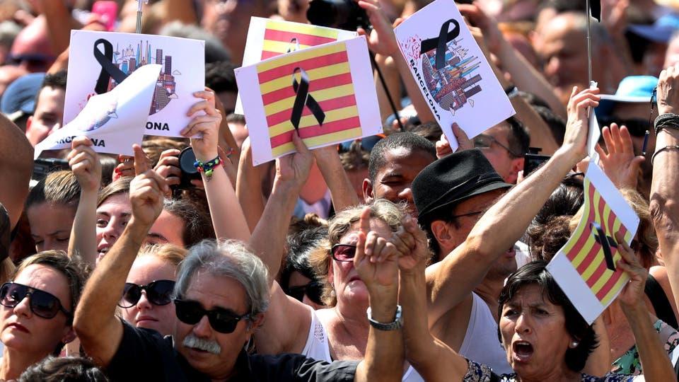 Catalanes muestran carteles y banderas en la plaza de Cataluña luego del atentado en La Rambla de Barcelona. Foto: AP / Sergio Pérez
