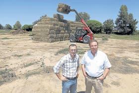 Sandro Trono y Patricio Aguirre Saravia apostaron a la producción de alfalfa bajo riego y a la confección de heno de alta calidad