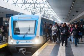Los usuarios del Sarmiento destacan el placer de viajar en los trenes nuevos