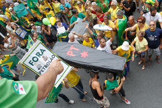 Belo Horizonte repleta de con alusiones al Partido de los Trabajadores (PT) y el  escándalo de corrupción. Foto: EFE